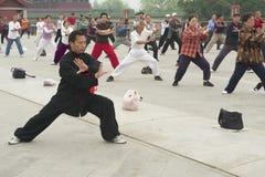 Ludzie ćwiczą tai chi chuan gimnastyki w Pekin, Chiny Obraz Royalty Free