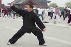 Ludzie ćwiczą tai chi chuan gimnastyki w Pekin, Chiny Zdjęcia Royalty Free