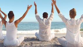 Ludzie ćwiczy joga na plaży zdjęcie wideo