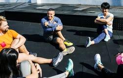 Ludzie ćwiczy przy sprawności fizycznej gym Obrazy Royalty Free