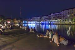 Ludzie łgarskiego puszka na bulwarze przy wznawiającym Darsena, Mediolan, Ital Zdjęcia Stock