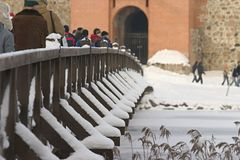 ludzie śnieżni objętych mosty, zdjęcie royalty free
