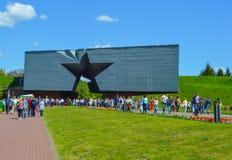 Ludzie świętują zwycięstwo dzień na Maju 9 Główne wejście Brest forteca Obraz Stock