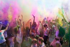 Ludzie świętuje Holi festiwal kolory. Zdjęcie Stock