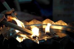 Ludzie światła kadzidła joss kijów przy świątynią Fotografia Stock