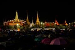Ludzie żałobnika gromadzenia się na zewnątrz Uroczystego pałac płacić szacunek opóźniony królewiątko Bhumibol Adulyadej Zdjęcia Stock