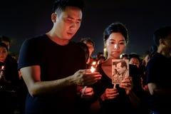 Ludzie żałobnika gromadzenia się na zewnątrz Uroczystego pałac płacić szacunek opóźniony królewiątko Tajlandia Obrazy Royalty Free