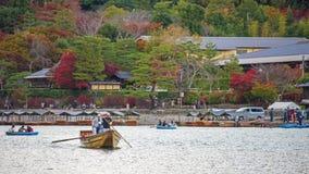 ludzie żeglowanie łodzi przy Arashiyama, Kyoto Zdjęcia Stock