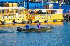Ludzie żegluje w podpalanej łodzi na Hillsborough rzece 1 i kolorowych wodnych taxi obraz royalty free