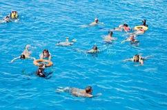 Ludzie aktywnie relaksują, pływają w Czerwonym morzu, Aktywność, dopłynięcie, woda krajobraz Egipt, Afryka Zdjęcie Stock