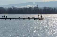 Ludzie ar drewnianej sieci na jeziorze zdjęcia royalty free