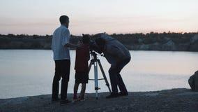 Ludzie bada gwiazdy na brzeg jezioro zdjęcie wideo