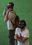 Ludzie bada VR przyrząda są przy sztuka festiwalu vertical Obraz Stock