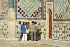 Ludzie badają mauzoleum Khoja Ahmed Yasavi w Turkistan, Kazachstan Fotografia Stock