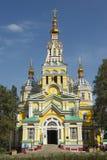 Ludzie badają wniebowstąpienie katedrę w Almaty, Kazachstan Zdjęcia Stock