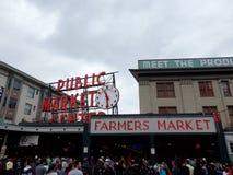Ludzie badają szczupaka miejsca rolników Jawnego rynek Zdjęcia Royalty Free