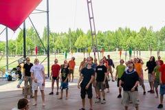 Ludzie balansują żonglować kluby na głowie zdjęcie royalty free