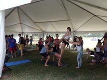 Ludzie balansują each inny podczas plenerowej Acroyoga klasy Zdjęcie Royalty Free