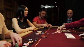 Ludzie bawić się grzebaka Dwa mężczyzny i dwa kobieta Kasynowy hazard zbiory wideo