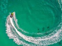 Ludzie bawić się dżetową nartę przy morzem podczas wakacji I beaut obrazy royalty free