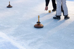 Ludzie bawić się fryzowanie na zamarzniętym jeziorze, Austria, Europa zdjęcie royalty free