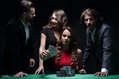 Ludzie bawić się grzebaka w kasynie, uprawia hazard zdjęcia royalty free