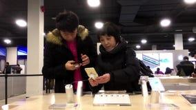 Ludzie bawić się iphone