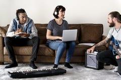 Ludzie bawić się muzykę wpólnie i robi obrazy royalty free