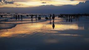Ludzie bawić się na plaży w wieczór Fotografia Stock