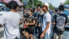 Ludzie bawić się proszek w wodnego festiwalu dnia Kranu Pieśniowym dniu Zdjęcie Royalty Free