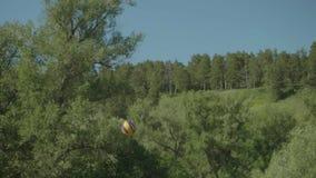 Ludzie bawić się siatkówkę plenerową w górach Widok mężczyzna ` s ręki i balowy latanie przez siatkówki zarabiamy netto zbiory