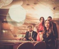 Ludzie bawić się w kasynie Zdjęcia Stock