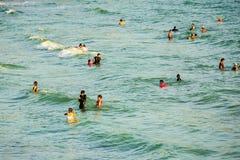 Ludzie bawić się w wodzie przy Ko Sichang Obrazy Stock