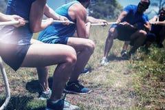 Ludzie bawić się zażartą rywalizację podczas przeszkoda kursu treningowego zdjęcia stock