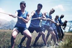 Ludzie bawić się zażartą rywalizację podczas przeszkoda kursu treningowego zdjęcia royalty free