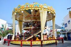 Ludzie bawić się carousel przy rozrywką Zdjęcie Stock