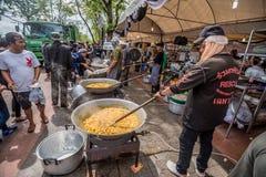 Ludzie bezpłatnego jedzenia napój i Zdjęcie Royalty Free