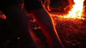 Ludzie biegać bosy na ogieniu zbiory wideo