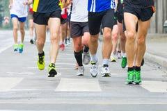 Ludzie biega w miasto maratonie zdjęcie royalty free