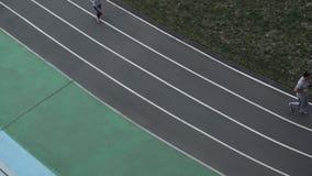 Ludzie biega wzdłuż karuzeli przy stadium odgórnym widokiem zdjęcie wideo