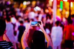 Ludzie Bierze fotografie tłumy z telefonem komórkowym obraz royalty free