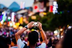 Ludzie Bierze fotografie tłumy z telefonem komórkowym obrazy stock