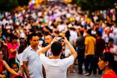 Ludzie Bierze fotografie tłumy z telefonem komórkowym fotografia stock