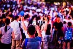 Ludzie Bierze fotografie tłumy z telefonem komórkowym zdjęcia royalty free
