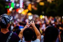 Ludzie Bierze fotografie tłumy z telefonem komórkowym fotografia royalty free