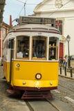 Ludzie bierze przejażdżkę w zatłoczonym tramwaju liczba 28 w Alfama distr Fotografia Stock