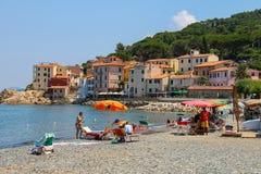Ludzie bierze sunbath na wybrzeżu Tyrrhenian morze, Elba Zdjęcie Stock