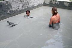 Ludzie biorą borowinowego skąpanie z błękitną gliną Zdjęcie Royalty Free