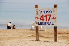 Ludzie biorą borowinowemu traktowaniu Nieżywego morze, Izrael Zdjęcie Stock