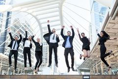 Ludzie Biznesu świętowanie sukcesu Skacze Ekstatycznej pojęcie herbaty zdjęcia royalty free